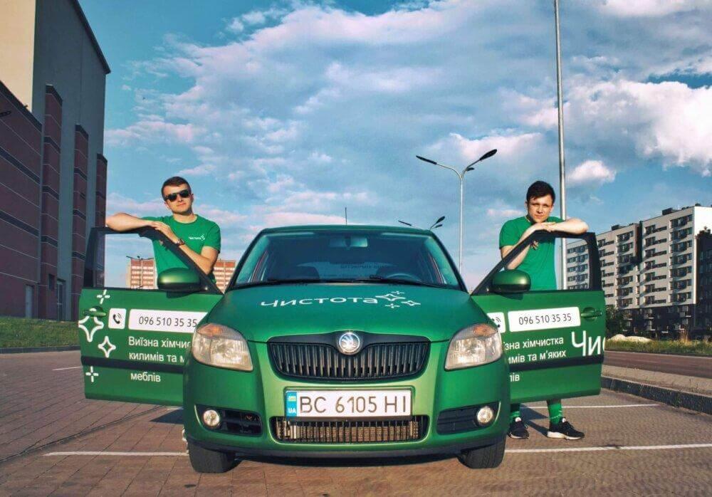 Зображення брендованої машини та працівників компанії