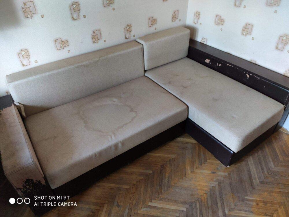 Брудний диван до чистки
